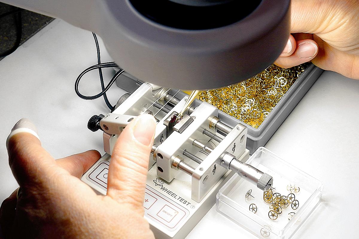 Contrôleuse composants et rouages horlogers